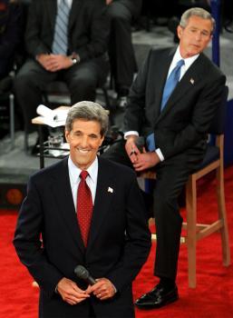 George W. Bush sleduje svojho politického rivala, senátora Johna Kerryho, ktorý odpovedá na otázky nerozhodnutých voličov