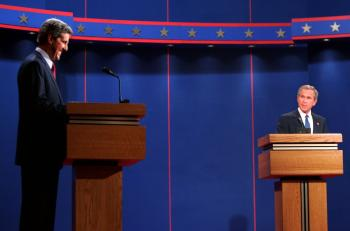 George W. Bush (vpravo) a  demokratický senátor John Kerry počas debaty