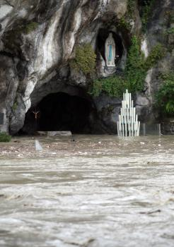 Hladina rieky stúpla natoľko, že zaliala známu lurdskú jaskyňu