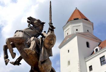 Hlavné nádvorie Bratislavského hradu stráži Svätoplukova socha