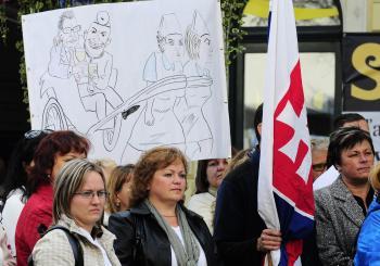 Na plagáte ťahajú sestry lekárov a politikov