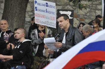 Na snímke organizátor pochodu Oskar Dobrovodský počas prejavu pred Bratislavským hradom