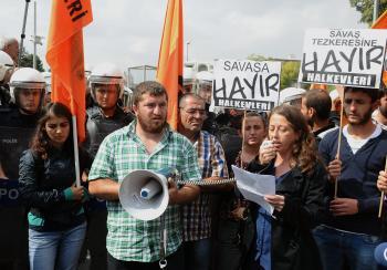 Nie vojne, Sýrčania sú naši bratia, skandovala skupina aktivistov pred tureckým parlamentom