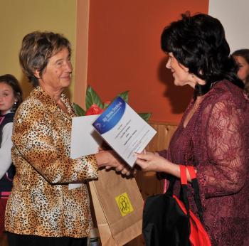 Ocenenej žene, aktivistke Otílii Durgovej (vľavo) odovzdala poslankyňa Európskeho parlamentu Monika Smolková pozvanie do tohto parlamentu