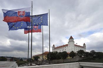 Pohľad na Bratislavský hrad z nádvoria NR SR
