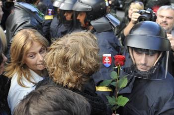 Polícia vytláča skupinu aktivistov. Vľavo europoslankyňa Monika Beňová