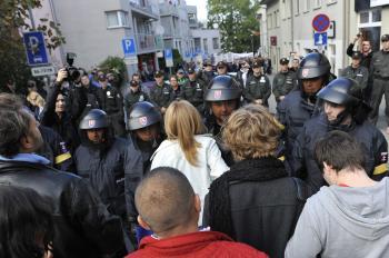 Policajti zablokovali ulicu smerujúcu k hradu