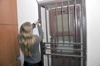 Pracovníčka Matice slovenskej otvára miestnosť, kde je umiestnený trezor