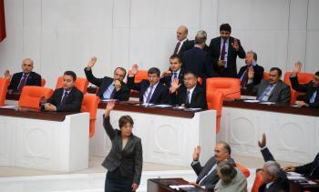 Turecký parlament počas hlasovania o vysielaní vojakov cez hranice