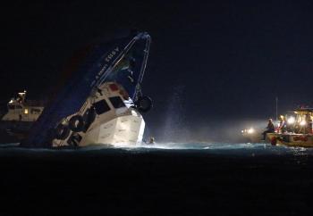 Záchranári kontrolujú čiastočne ponorenú loď po kolízii neďaleko ostrova Lamma