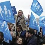 Demonštranti mávajú vlajkami počas protestov v Paríži