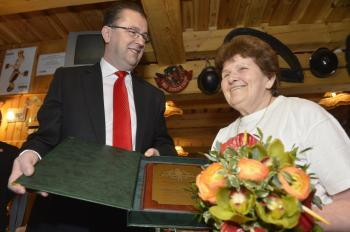 Na snímke minister Martin Glváč (vľavo) odovzdáva kvety a pamätnú plaketu Zuzane Fojtíkovej
