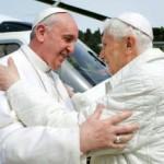 Emeritný pápež Benedikt XVI. (vpravo) víta pápeža Františka