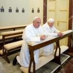 Pápež František (vľavo) a Benedikt XVI. sa spolu modlia