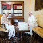Pápež František (vpravo) a emertiný pápež Benedikt XVI. sa rozprávajú počas stretnutia v pápežskom sídle