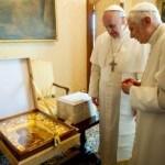 Pápež František (vľavo) a emertiný pápež Benedikt XVI. sa rozprávajú počas stretnutia v pápežskom sídle v  talianskom meste Castel Gandolfo