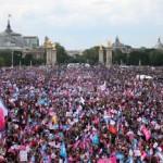 Viac ako milión odporcov homosexuálnych manželstiev protestovalo proti schválenému vládnemu zákonu legalizácie homosexuálnych manželstiev a adopcie detí pre páry rovnakého pohlavia v Paríži