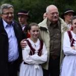 Na snímke prezident SR Ivan Gašparovič (vpravo) a prezident Poľskej republiky Bronisłav Komorowski (vľavo) s členmi folkórneho súboru Maguranka zo Spišskej Starej Vsi