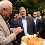 Na snímke prezident SR Ivan Gašparovič (vľavo) a prezident Poľskej republiky Bronisłav Komorowski (vpravo) počas privítania chlebom a soľou