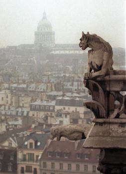 Chiméra a chrlič sa pozerajú na Paríž z vrcholu katedrály Notre Dame