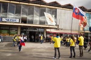 Dobrovoľníci očakávajú príchod účastníkov pochodu