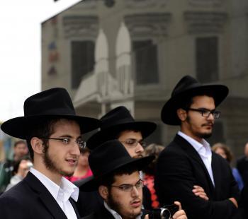 Na snímke Židia počas pietnej spomienky na holokaust