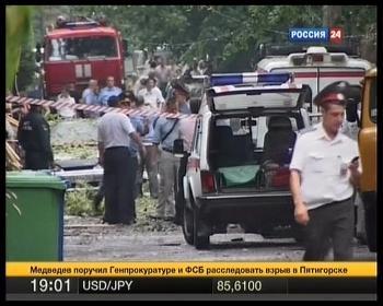Na snímke z televíznych záberov  , ruskí policajti a vyšetrovatelia sú na mieste výbuchu