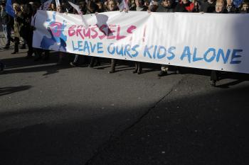 "Transparent s heslom ""Brusel, nechaj naše deti na pokoji"""