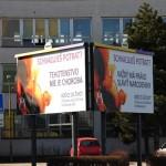 Billboardy s nápismi Tehotenstvo nie je choroba a Každý má právo sláviť narodeniny