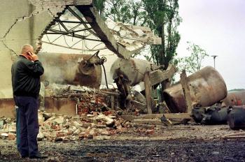 Pracovník srbskej petrolejárskej spoločnosti 16.mája referuje mobilným telefónom o škodách na benzínovej stanici vzdialenej asi 30 km od Belehradu, ktorá sa stala terčom bombardovania NATO v 53 . deň útokov na Juhosláviu