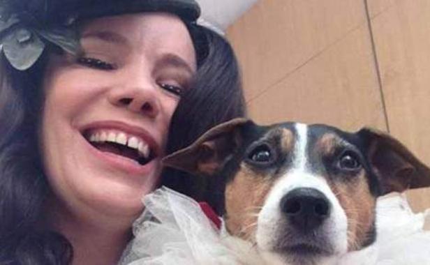 """Britka Amanda Rodgersová, ktorá sa """"zosobášila """" so svojou fenkou Shebou"""