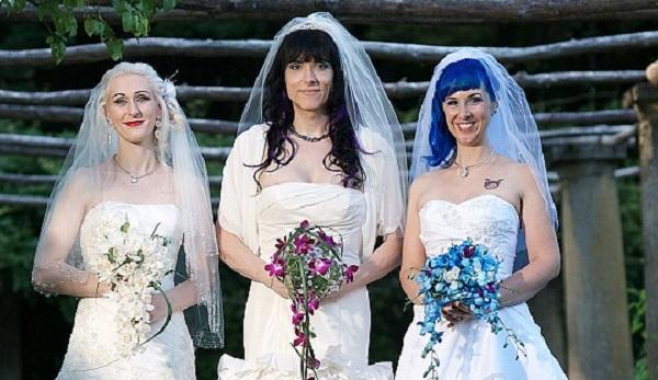 Trojica homosexuálnych žien počas ich svadby