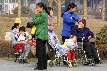 Starí ľudia v číne údajne páchajú samovraždy pre zákaz rakiev
