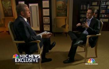 Na videosnímke z 27. mája 2014 Edward Snowden (vpravo) reční v exkluzívnom rozhovore pre americkú televíziu NBC