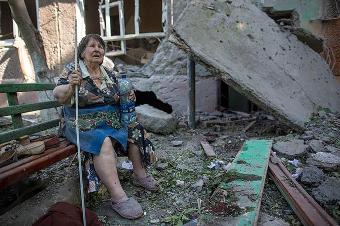 Na snímke obyvateľka jedného zo zničených bytových domov v Sloviansku