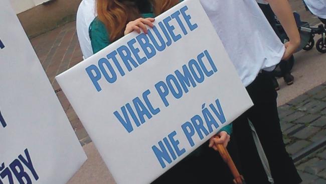 Protestujúci, ktorí sa zhromaždili na protest proti Gay Pride, držali v rukách transparenty s rôznymi heslami