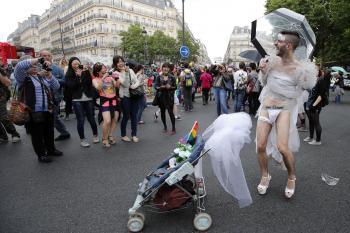 Foto z Gay Pride pochodu 2014 vo Francúzsku. Dúhové pochody majú každý rok nejakú tému a už aj v Európe si pochodujúci žiadajú adopciu detí.