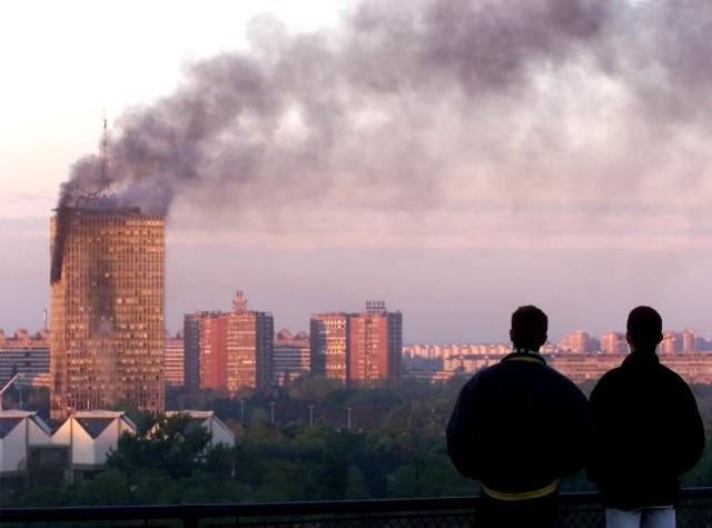 Na snímke dymiaca budova v Novom Belehrade zasiahnutá počas náletov NATO 21. apríla 1999. Ilustračné foto