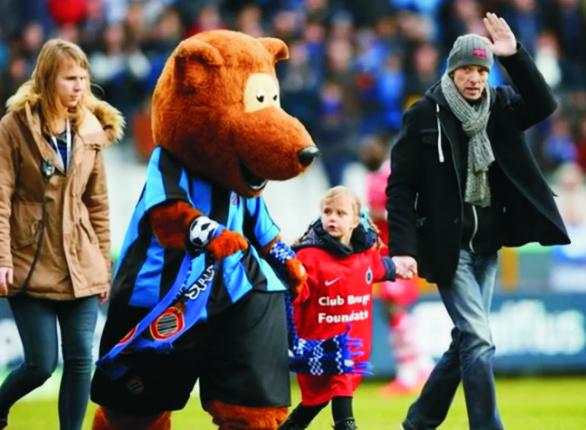 Na snímke Lorenzo Shonbert so svojou dcérou Dinou a manželkou na zápase jeho obľúbeného futbalového klubu