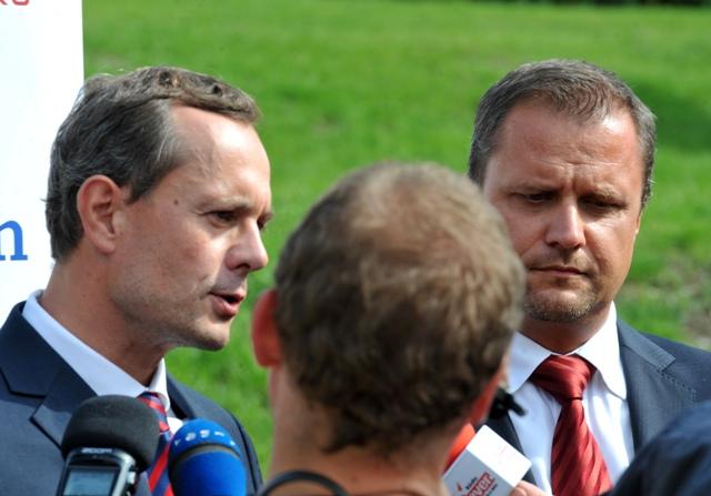 Na snímke predseda mimoparlamentnej strany Sieť Radoslav Procházka spolu s prvým podpredsedom strany Andrejom Hrnčiarom