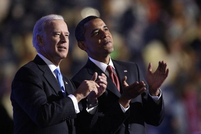 Na snímke vpravo americký prezident Barack Obama a viceprezident Joe Biden