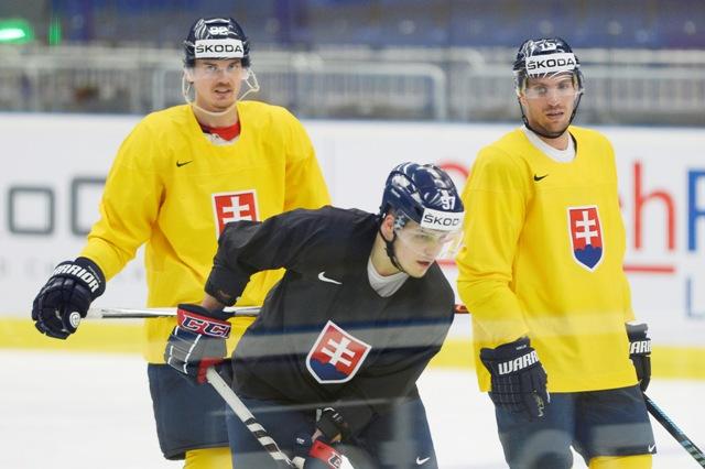 Na snímke zľava kapitán Tomáš Kopecký, Patrik Lušňák a Michel Miklík