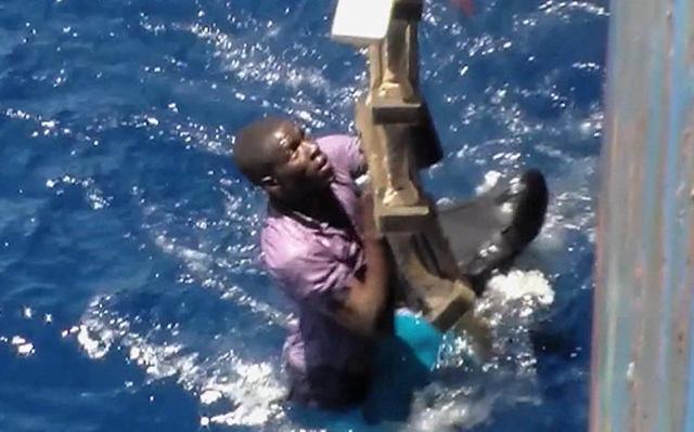Na snímke záchrana afrického imigranta. Ilustračné foto