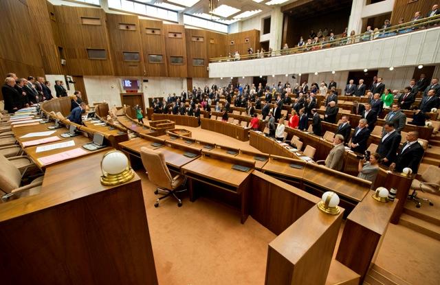 Na snímke poslanci parlamentu SR si na začiatku 51. schôdze Národnej rady Slovenskej republiky (NR SR) uctili minútou ticha všetky obete druhej svetovej vojny