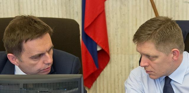Na snímke vpravo predseda vlády SR Robert Fico a vľavo podpredseda vlády SR, minister financií a dočasne poverený riadením Ministerstva hospodárstva SR Peter Kažimír