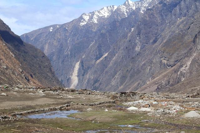 Na snímke trosky po zosuve pôdy následkom zemetrasenia ležia v nepálskom údolí Langtang