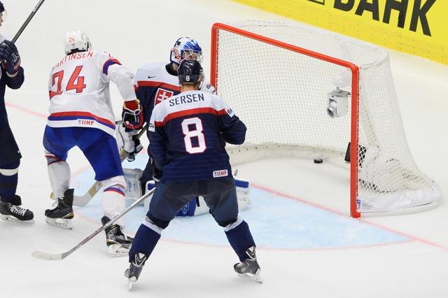 Na snímke slovenský brankár Ján Laco inkasuje gól na 1:2 v zápase základnej B-skupiny Slovensko - Nórsko. Gól strelil Mattias Nörstebö (nie je na snímke)