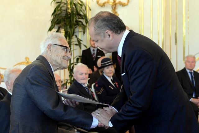 Na snímke vpravo prezident SR Andrej Kiska a vľavo účastník odboja Pavel Branko