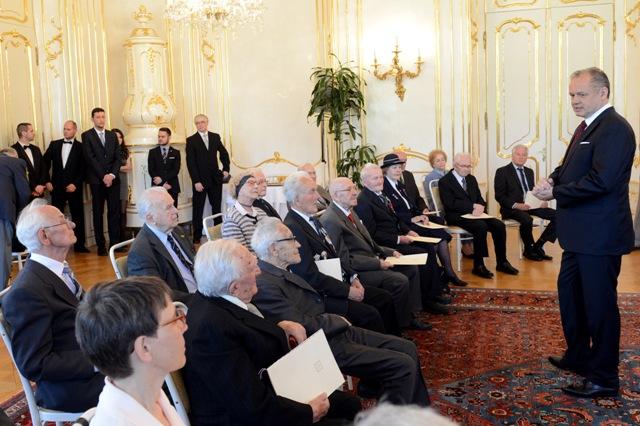 Na snímke prezident SR Andrej Kiska (vpravo v popredí) a vojnoví veteráni (vľavo sediaci)
