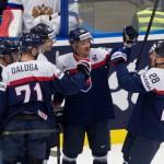 Na snímke slovenský kapitán Tomáš Kopecký (tretí zľava) sa teší so spoluhráčmi po strelení úvodného gólu v zápase základnej B-skupiny Slovensko - Rusko
